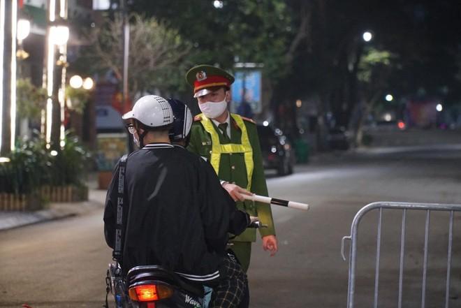 [Ảnh] Công an Hà Nội đảm bảo an toàn tại điểm bắn pháo hoa đêm giao thừa ảnh 6