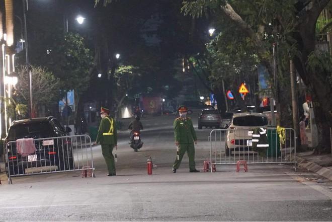 [Ảnh] Công an Hà Nội đảm bảo an toàn tại điểm bắn pháo hoa đêm giao thừa ảnh 2