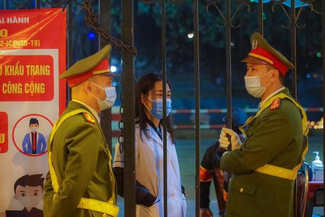 [Ảnh] Công an Hà Nội đảm bảo an toàn tại điểm bắn pháo hoa đêm giao thừa ảnh 12