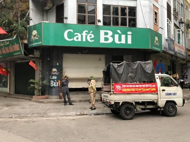 Công an quận Đống Đa tuần tra nhắc nhở đóng cửa quán cà phê, trà đá để phòng dịch Covid 19 ảnh 1