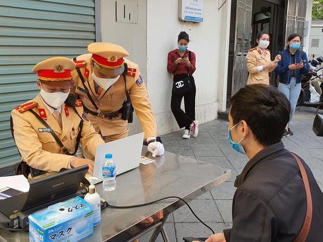Hà Nội: Nộp phạt online qua hệ thống cơ sở dữ liệu Quốc gia về dân cư ngay tại điểm vi phạm giao thông ảnh 1