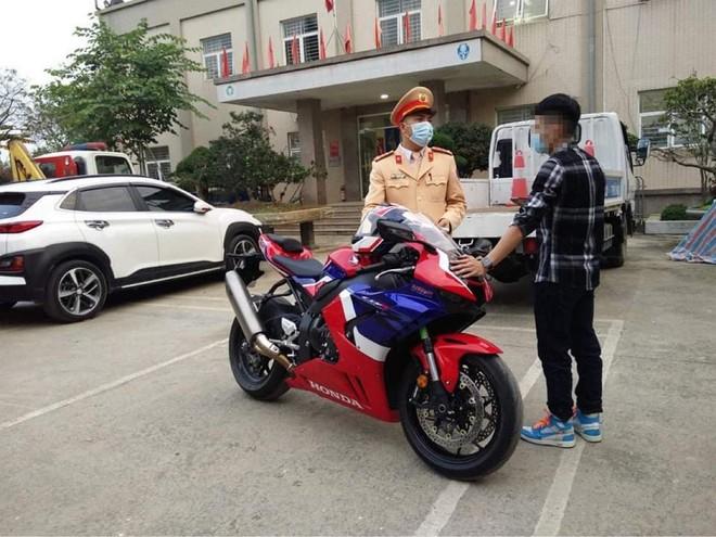 Phạt hơn 10 triệu đồng đối với tài xế phóng mô tô gần 300km/h ở Đại lộ Thăng Long ảnh 1