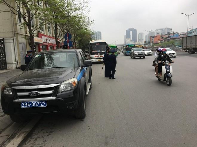 Ra quân xử phạt xe khách chạy 'rùa bò', mở cửa đón khách tại đường Phạm Hùng – Phạm Văn Đồng ảnh 4