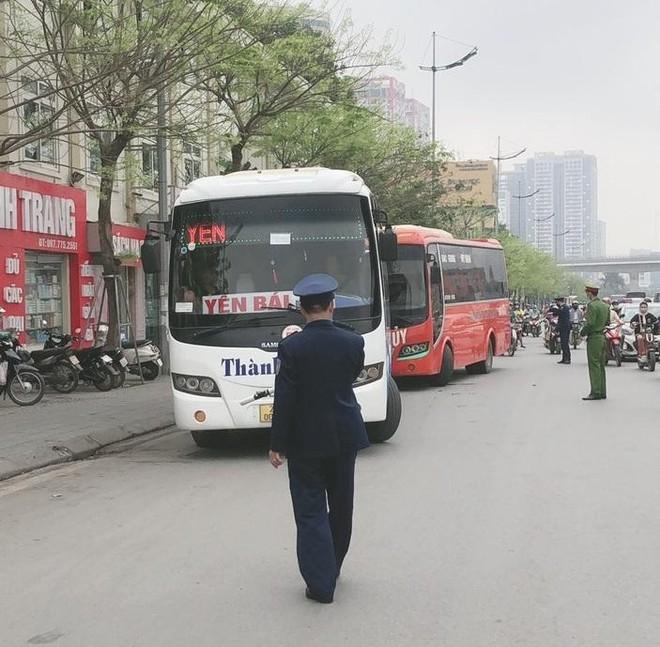 Ra quân xử phạt xe khách chạy 'rùa bò', mở cửa đón khách tại đường Phạm Hùng – Phạm Văn Đồng ảnh 3