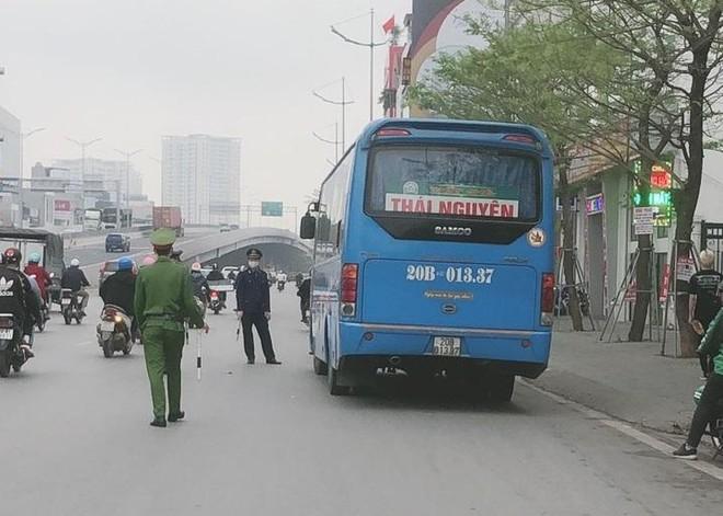Ra quân xử phạt xe khách chạy 'rùa bò', mở cửa đón khách tại đường Phạm Hùng – Phạm Văn Đồng ảnh 2