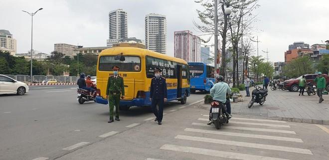 Ra quân xử phạt xe khách chạy 'rùa bò', mở cửa đón khách tại đường Phạm Hùng – Phạm Văn Đồng ảnh 1