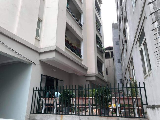Phát hiện người phụ nữ rơi từ tầng cao chung cư xuống đất tử vong ảnh 1