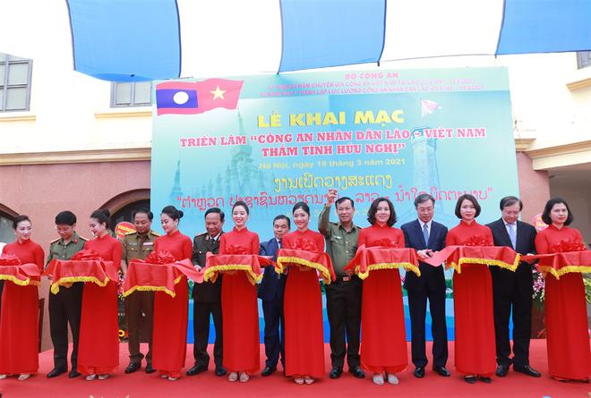 """Khai mạc Triển lãm """"CAND Lào - Việt - Thắm tình hữu nghị"""" ảnh 2"""