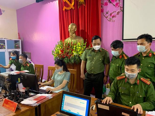 Giám đốc CATP Hà Nội kiểm tra công tác cấp CCCD gắn chip tại huyện Thạch Thất: Tháo gỡ từng khó khăn, vướng mắc ảnh 6