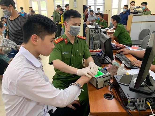Giám đốc CATP Hà Nội kiểm tra công tác cấp CCCD gắn chip tại huyện Thạch Thất: Tháo gỡ từng khó khăn, vướng mắc ảnh 7