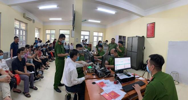 Giám đốc CATP Hà Nội kiểm tra công tác cấp CCCD gắn chip tại huyện Thạch Thất: Tháo gỡ từng khó khăn, vướng mắc ảnh 1
