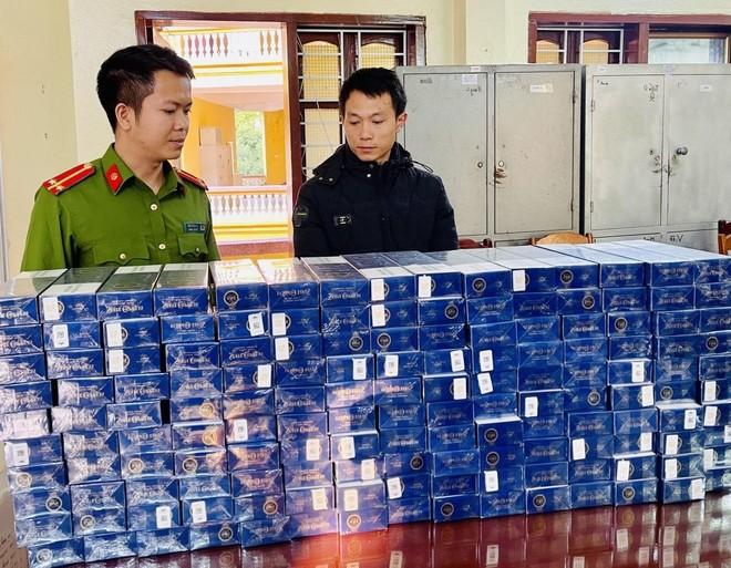 Bắt đối tượng vận chuyển 1.600 bao thuốc lá ngoại nhãn hiệu 555 nhập lậu ảnh 1