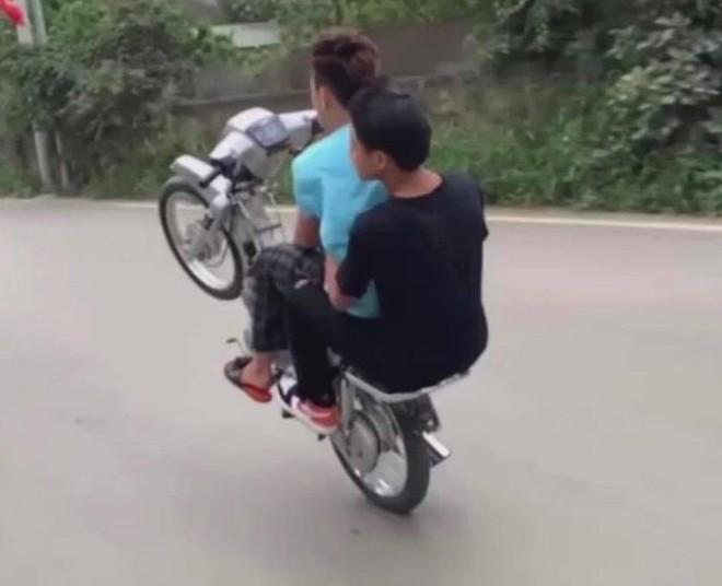 Nam thanh niên 'bốc đầu' xe máy khoe lên mạng xã hội bị xử phạt ảnh 1