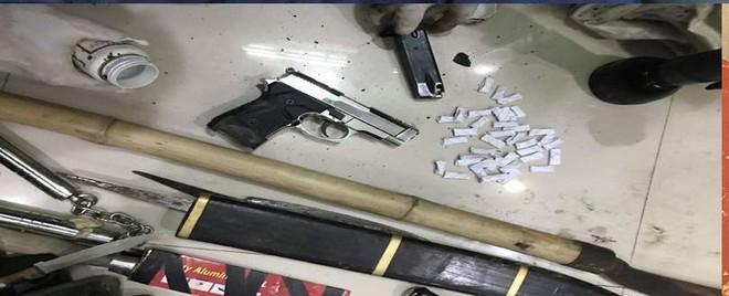 Khám xét nhà của 'đầu nậu' ma túy, thu súng quân dụng và nhiều hung khí ảnh 2