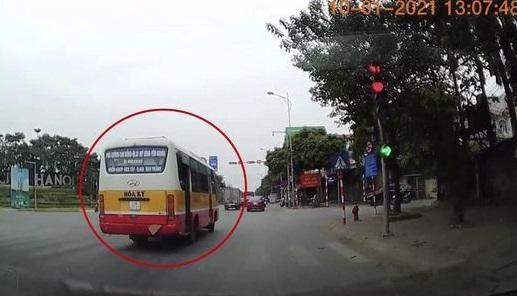 Tài xế xe buýt vượt đèn đỏ bị phạt 4 triệu đồng ảnh 1