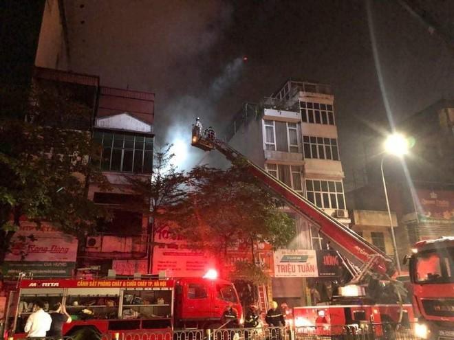 Hà Nội: Cháy cửa hàng bán đồ sơ sinh trên phố Tôn Đức Thắng, nghi nhiều người mắc kẹt ảnh 1
