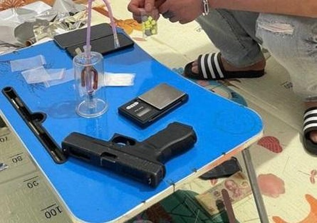 Bắt đối tượng giấu ma túy và súng trong nhà ảnh 2