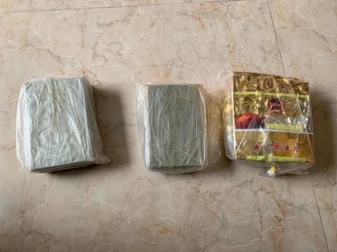 Gặp Cảnh sát, đôi nam nữ bỏ chạy lộ 4 bánh heroin ảnh 2