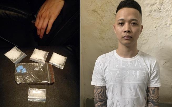 Lộ ma túy trong ví của nam thanh niên xăm kín hai tay ảnh 1