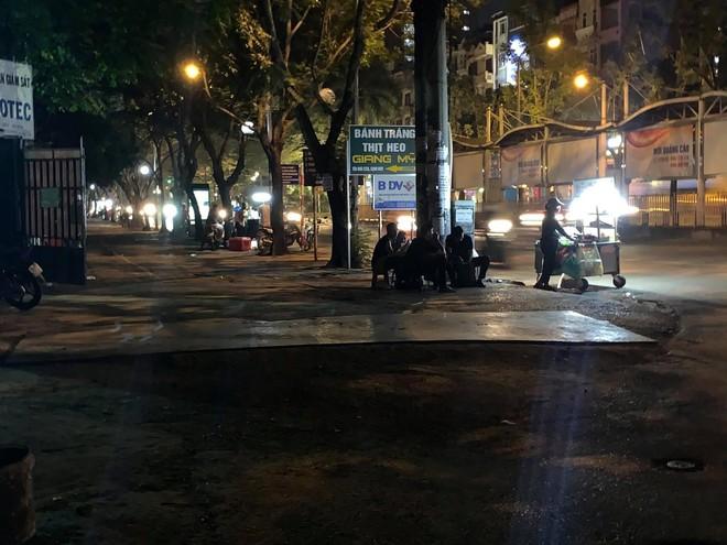 Quận Bắc Từ Liêm (Hà Nội): Hàng quán ngang nhiên hoạt động trên hè, bất chấp lệnh cấm ảnh 9