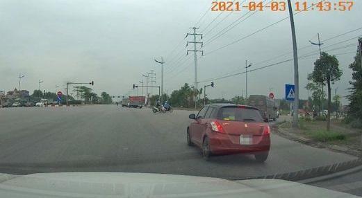 Tài xế vượt đèn đỏ vì 'vội ra sân bay' bị phạt 4 triệu đồng ảnh 1