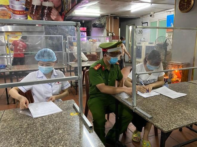 Công an quận Thanh Xuân phạt hơn 80 trường hợp vi phạm các quy định về phòng chống dịch Covid-19 ảnh 2
