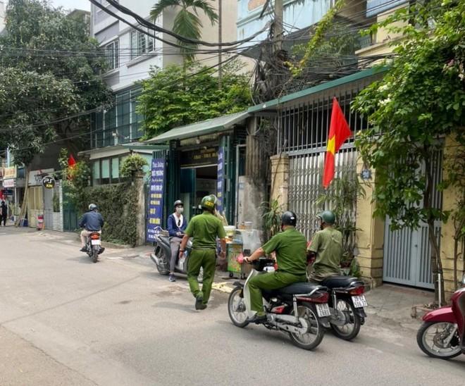 Cắm chốt không để người dân tập thể dục quanh khu vực hồ Hoàng Cầu, phòng dịch Covid-19 ảnh 5