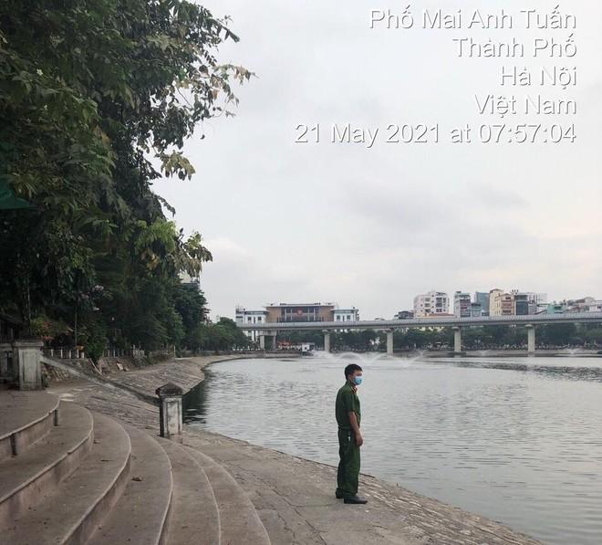 Cắm chốt không để người dân tập thể dục quanh khu vực hồ Hoàng Cầu, phòng dịch Covid-19 ảnh 3