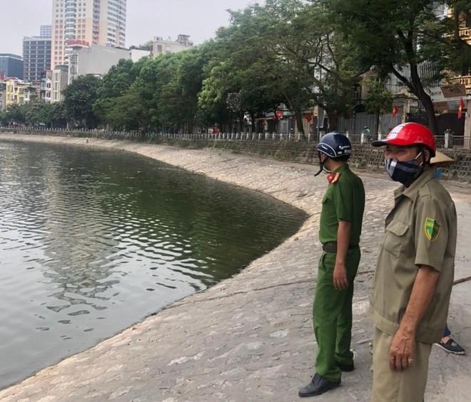Cắm chốt không để người dân tập thể dục quanh khu vực hồ Hoàng Cầu, phòng dịch Covid-19 ảnh 1