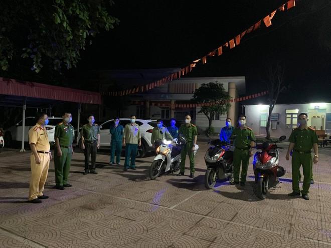 Tuần tra đêm khép kín địa bàn cửa ngõ Thủ đô đảm bảo an ninh trật tự trước ngày bầu cử ảnh 1