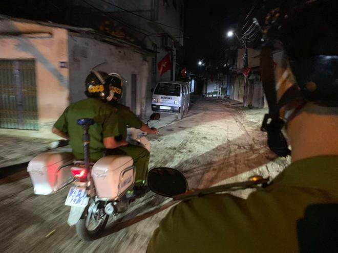 Tuần tra đêm khép kín địa bàn cửa ngõ Thủ đô đảm bảo an ninh trật tự trước ngày bầu cử ảnh 2