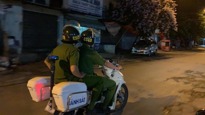 Tuần tra đêm khép kín địa bàn cửa ngõ Thủ đô đảm bảo an ninh trật tự trước ngày bầu cử ảnh 7