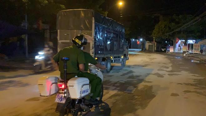 Tuần tra đêm khép kín địa bàn cửa ngõ Thủ đô đảm bảo an ninh trật tự trước ngày bầu cử ảnh 5