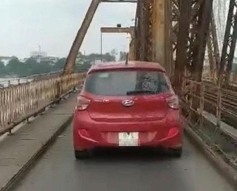 Xử phạt xe ôtô đi vào cầu Long Biên ảnh 1