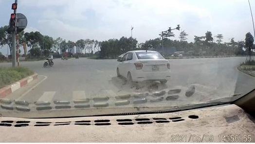Tài xế xe ôtô bị phạt 4 triệu đồng, tước bằng 2 tháng vì vượt đèn đỏ ảnh 1