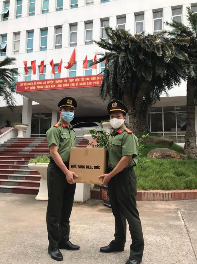 Công đoàn Công an Hà Nội trao tặng nước sát khuẩn tay cho 17 đơn vị và chốt cách ly ảnh 4