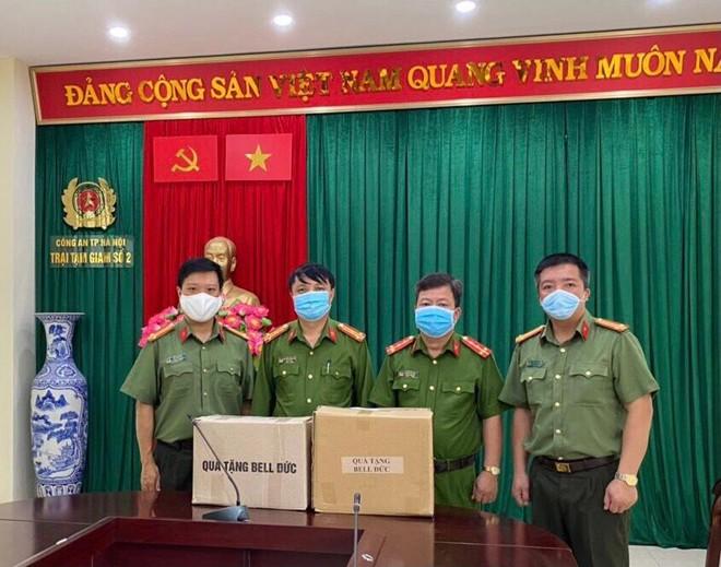 Công đoàn Công an Hà Nội trao tặng nước sát khuẩn tay cho 17 đơn vị và chốt cách ly ảnh 3