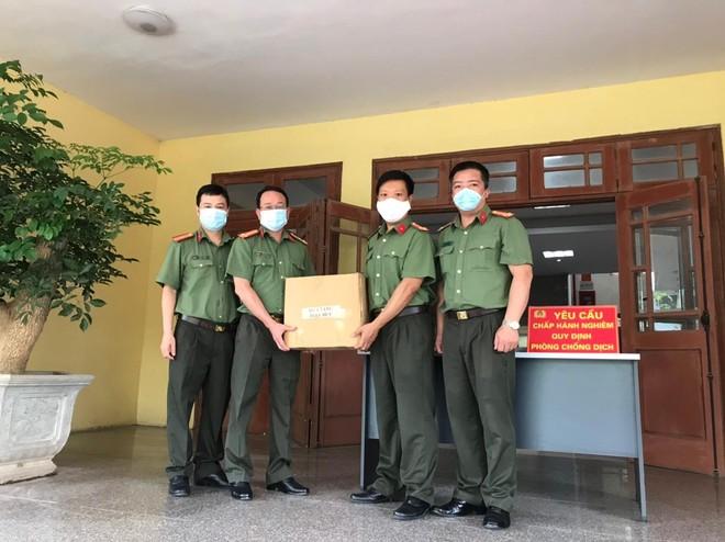 Công đoàn Công an Hà Nội trao tặng nước sát khuẩn tay cho 17 đơn vị và chốt cách ly ảnh 2