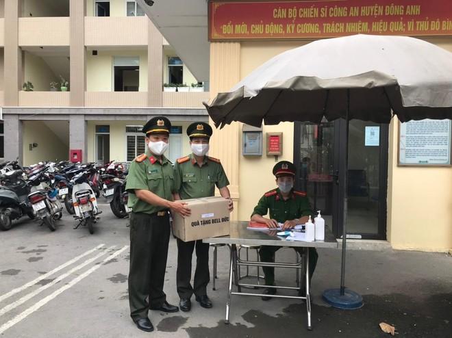 Công đoàn Công an Hà Nội trao tặng nước sát khuẩn tay cho 17 đơn vị và chốt cách ly ảnh 1