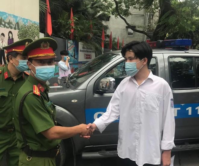 Công an quận Thanh Xuân đưa nam sinh bị nhầm địa điểm đến thi đúng giờ ảnh 1