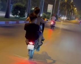 Phạt 2 thanh niên không đội mũ bảo hiểm, 'bốc đầu' xe máy ảnh 1