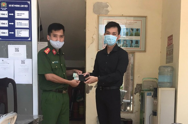 Công an phường Kim Giang tìm và trả lại chiếc ví có nhiều tài sản cho người dân ảnh 1