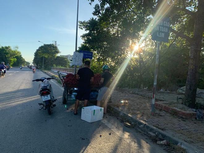 [Ảnh] Đại lộ hiện đại nhất Việt Nam biến thành... chợ ảnh 3