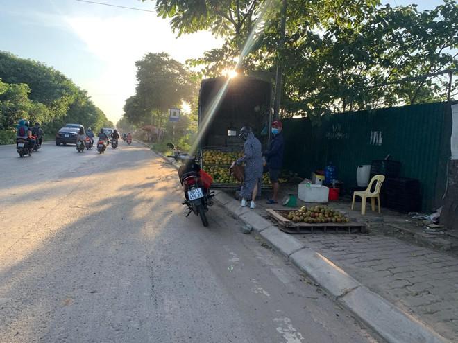 [Ảnh] Đại lộ hiện đại nhất Việt Nam biến thành... chợ ảnh 6