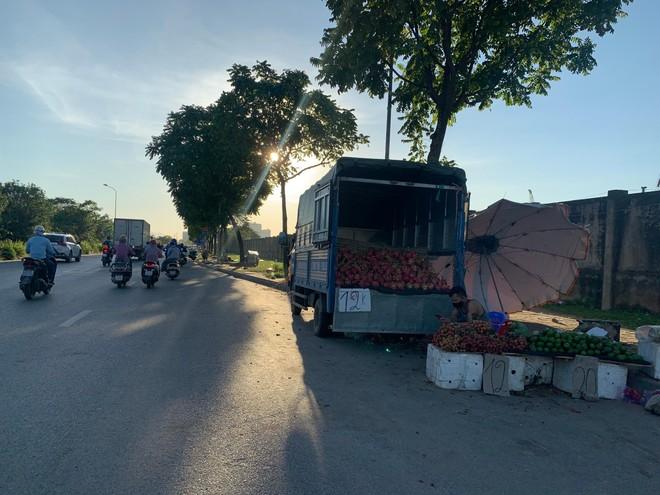 [Ảnh] Đại lộ hiện đại nhất Việt Nam biến thành... chợ ảnh 2