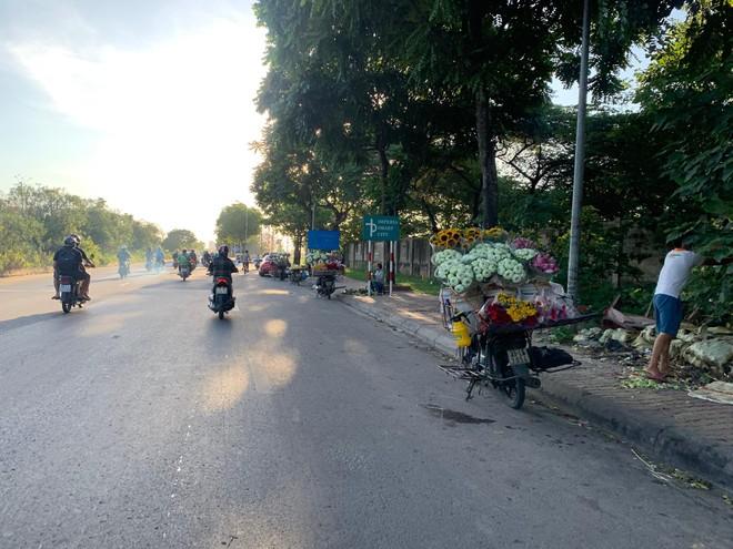 [Ảnh] Đại lộ hiện đại nhất Việt Nam biến thành... chợ ảnh 5