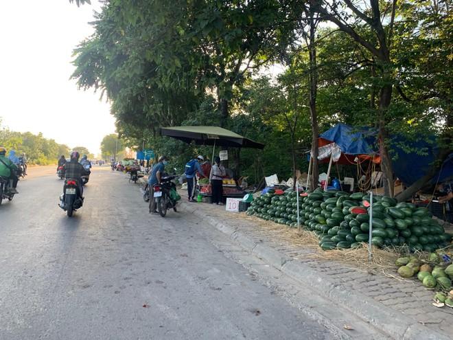 [Ảnh] Đại lộ hiện đại nhất Việt Nam biến thành... chợ ảnh 1