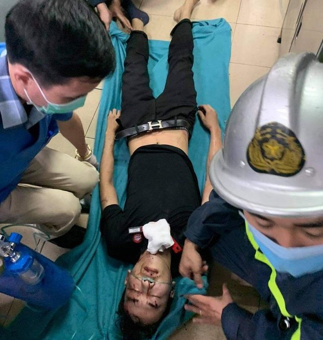 Nam thanh niên bị mắc kẹt đầu vào thang máy ảnh 2