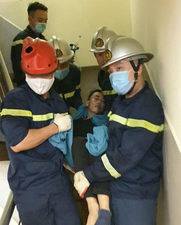 Nam thanh niên bị mắc kẹt đầu vào thang máy ảnh 3
