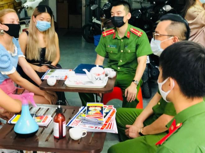 Công an Hà Nội tuyên truyền phòng, chống ma túy và cấp phát tờ rơi song ngữ ảnh 3